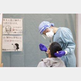 成田空港で帰国・入国者のPCR検査を行う検疫担当者(C)共同通信社