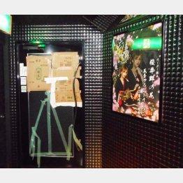 ブチ破られた入り口の横には桜井野の花さんのポスターが(C)日刊ゲンダイ
