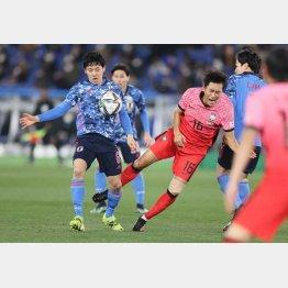 3月の韓国代表選で相手選手を吹っ飛ばして攻め上がる遠藤(C)Norio ROKUKAWA/Office La Strada
