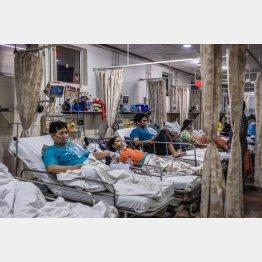 医療体制はボロボロ(酸素吸入をしながらベッドに横たわる新型コロナウイルス患者=印・ニューデリー)/(C)ゲッティ=共同