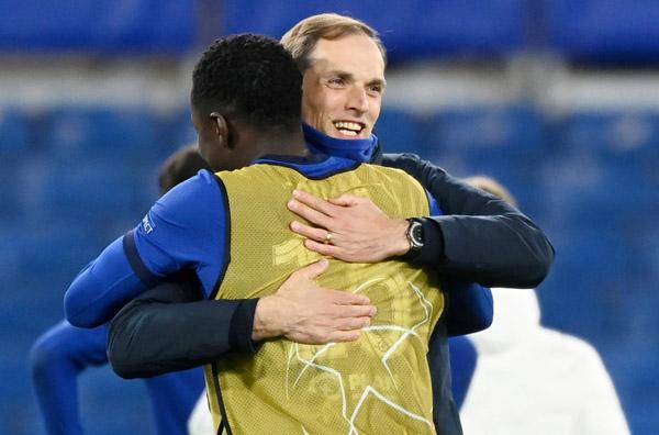 レアル戦後に選手と抱き合うトゥヘル監督(C)ロイター