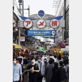 多くの買い物客らでにぎわう東京・上野のアメ横商店街(4日)/(C)共同通信社