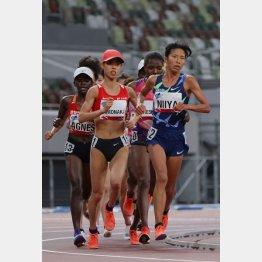 テスト大会5000メートルは5位に終わった新谷(左は4位の弘中瑠梨佳)/(C)日刊ゲンダイ