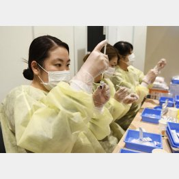 新型コロナウイルスワクチン接種の準備をする薬剤師(C)共同通信社