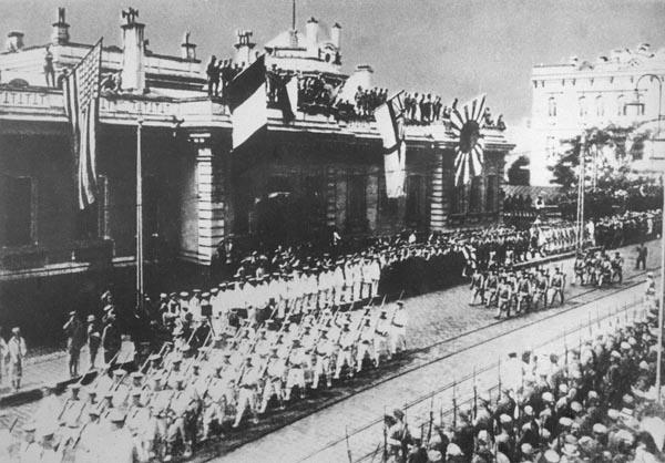 シベリア出兵でウラジオストクを行軍する日本軍(1918年8月)/(C)共同通信社