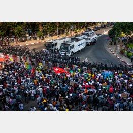 写真④治安当局とデモ参加者のにらみ合い(ヤンゴン)/(C)ゲッティ=共同