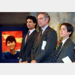 写真③ノーベル賞の授賞式に出席した夫と息子たち(C)ロイター