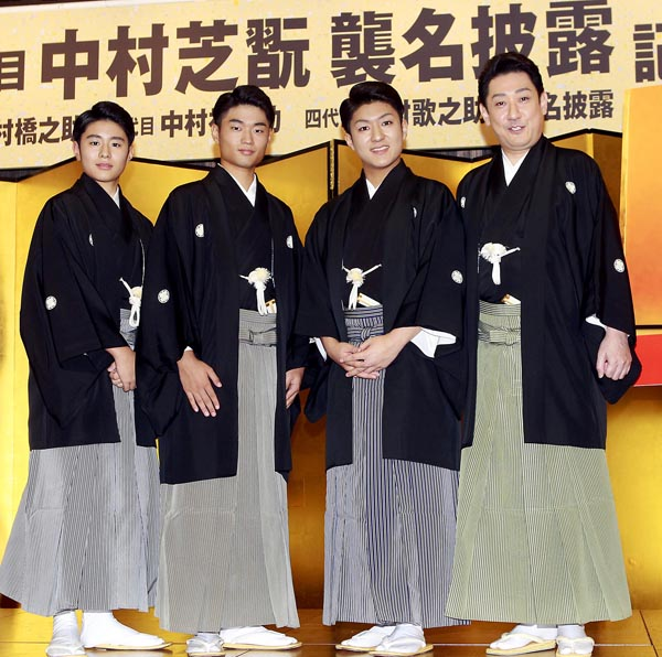 夫・芝翫と3人の息子(C)日刊ゲンダイ