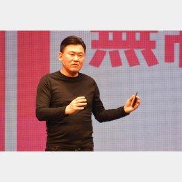1月、新携帯電話料金を発表する楽天の三木谷浩史会長兼社長(C)日刊ゲンダイ