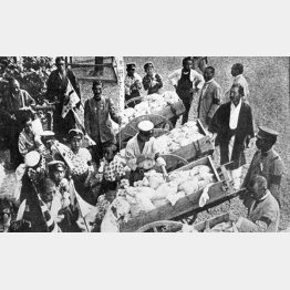 大正7年、東京の米騒動に対し、東京府では8月15日から白米の巡回廉売を行った(C)共同通信社