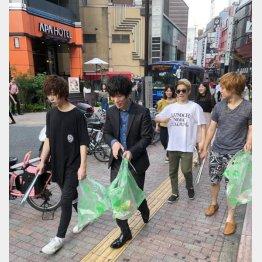 街頭掃除をするホストたち(2019年)/(提供写真)
