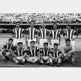 1962年に早大と高麗大のOB交流試合に出場した金容植さん(後列右端)/(C)共同通信社