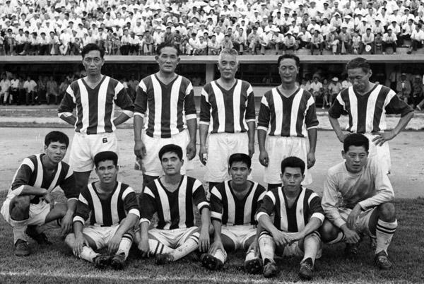 1962年に早大と高麗大のOB交流試合に出場した金容植さん(後列右端)(C)共同通信社