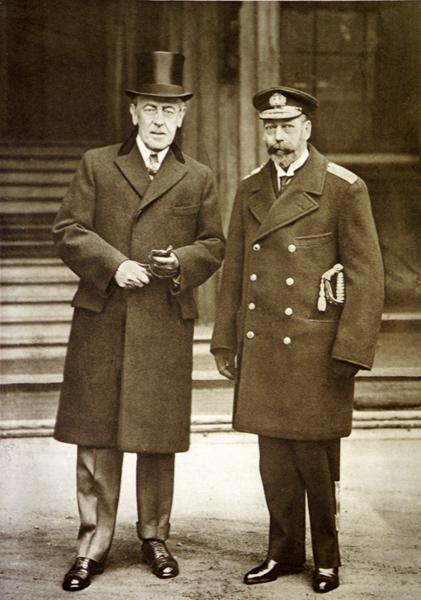 第1次世界大戦中、バッキンガム宮殿に立つウィルソン米大統領(左)と英国のジョージ5世(C)World History Archive/ニューズコム/共同通信イメージズ