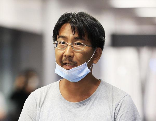 成田空港に到着し取材に応じる北角裕樹さん(C)共同通信社