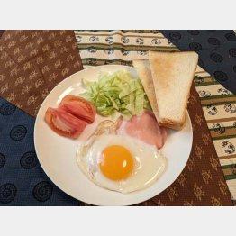 パンとハムエッグの朝食(C)日刊ゲンダイ