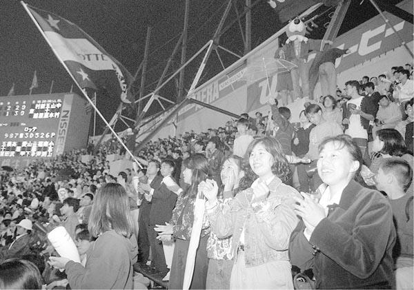 川崎球場を去るロッテに名残を惜しむファン(C)共同通信社