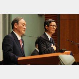 14日の緊急事態宣言3道県追加の会見で、記者の質問に答える分科会の尾身会長。左は菅首相(C)JMPA