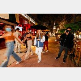 確かに街中ではノー・マスクの人たちも多いが(米ロサンジェルス、14日)/(C)ロイター