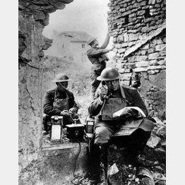ドイツ軍から奪った電話装置を使うアメリカ陸軍の通信隊(C)World History Archive/ニューズコム/共同通信イメージズ