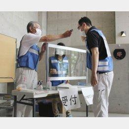 「重点措置」の要請はガン無視(「3密」にならない避難所の設営リハーサルをする職員=茨城県常総市、2020年)/(C)共同通信社