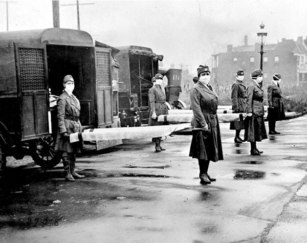 スペイン風邪の流行により、救急車の列の前で担架を持つ赤十字のメンバー(C)ゲッティ/共同通信イメージズ
