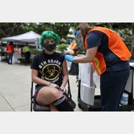 今は誰でも自由に接種できる(新型コロナウイルスのワクチン接種をする14歳の女の子、米カリフォルニア州パサデナ)/(C)ロイター