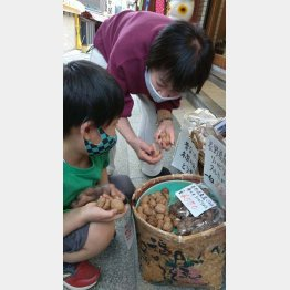 客の子どもと話す安田商店ジュンの藤井潤子さん(C)日刊ゲンダイ