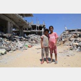 一時停戦のとき、避難先から戻った姉妹。暮らしていた自宅は砲撃によって破壊されていた(2014年8月)/(写真)藤原亮司