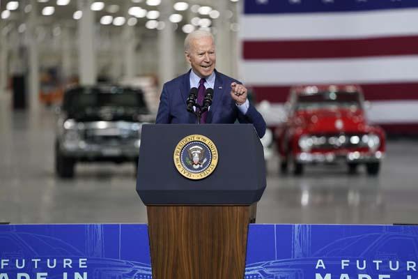 フォード・モーターの工場で演説するバイデン米大統領(C)AP=共同