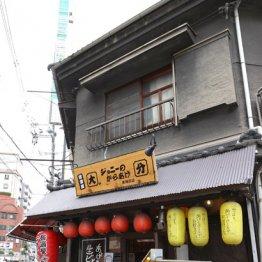 梅田で見つけた「昭和」瓦ぶきの屋根と木造りの桟の飲食店