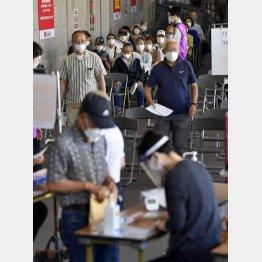 ワクチン接種遅れも影響(大規模接種会場で接種を待つ人たち=ノエビアスタジアム神戸)/(C)共同通信社