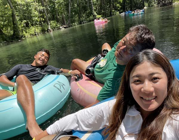 州立公園で浮輪につかまってプカプカ川下り(提供写真)