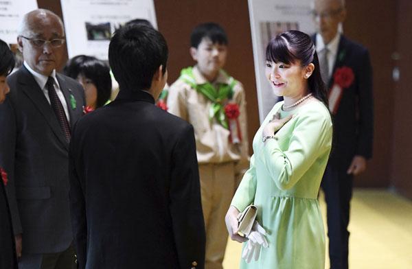 式典で受賞者に話し掛ける眞子さま(代表撮影)