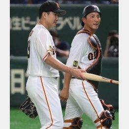 昨2020年の開幕戦以来となった菅野(左)と小林のバッテリー(C)日刊ゲンダイ