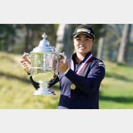 メジャー初優勝を果たし、笑顔でトロフィーを手にする笹生優花(C)ロイター/USA TODAY Sports