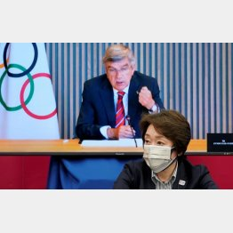 「100%開催」と言った組織委の橋本聖子会長(モニターはIOCのバッハ会長)/(C)ロイター