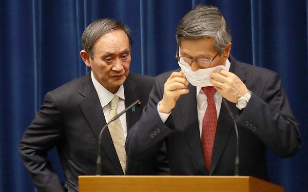 分科会の尾身会長(右)と菅官邸の対立はいちだんと…(左は、菅首相)/(C)日刊ゲンダイ