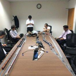 アーム内海弦社長<3>会社の会議室で鉄道模型を走らせ遊ぶ