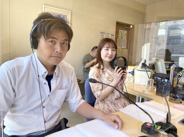 FMふくやまのスタジオで(右はサブパーソナリティーのソプラノ歌手・遠藤美和さん)/(C)日刊ゲンダイ