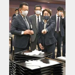 選手らが滞在する予定のホテルで、食事会場の新型コロナウイルス対策を視察する橋本聖子組織委会長(手前右=2020年12月)/(C)共同通信社