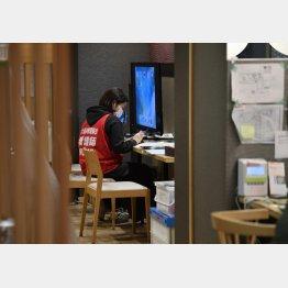宿泊療養施設で療養者の対応にあたる看護師(C)共同通信社