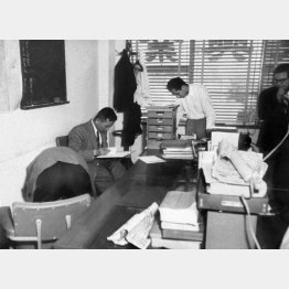 安藤組事務所の家宅捜索をする捜査員(1958年)/(C)共同通信社
