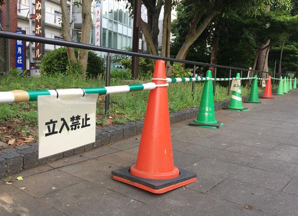 「立ち入り禁止」エリアが設けられた上野公園(C)日刊ゲンダイ