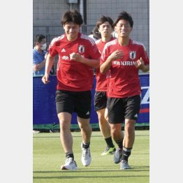 FW上田(左)と一緒にリラックスした表情でランニング調整を行うFW林(右)/撮影=元川悦子