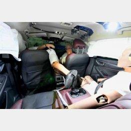 リアシートのダミーは助手席をなぎ倒して頭部からナビ部に衝突(提供)小沢コージ