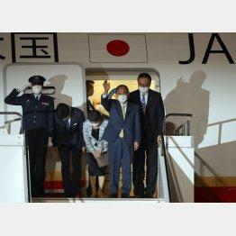 予定より1時間半以上の遅れで英国へ出発した菅首相夫妻(C)日刊ゲンダイ