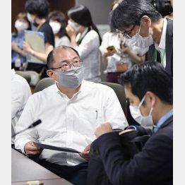 9日、新型コロナウイルス専門家組織の会合に出席した京都大の西浦博教授(左)/(C)共同通信社