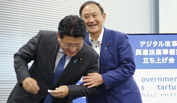 デジタル庁準備での平井卓也デジタル改革相(左)と菅首相(代表取材)