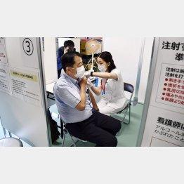 やっと進み始めたワクチン接種(接種を受ける東京消防庁の職員)/(C)共同通信社